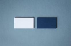 Tarjetas de visita azules blancas en blanco en dos pilas Foto de archivo libre de regalías