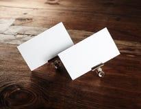 Tarjetas de visita blancas en blanco Imagen de archivo libre de regalías