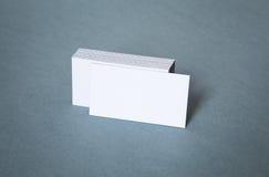 Tarjetas de visita blancas en blanco con la tarjeta delantera desplazada Fotografía de archivo