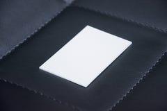 Tarjetas de visita blancas en blanco en un fondo negro Imágenes de archivo libres de regalías