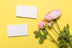 Tarjetas de visita blancas en blanco en fondo amarillo Maqueta para la identidad de marcado en caliente fotos de archivo libres de regalías