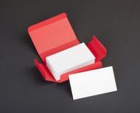 Tarjetas de visita blancas en la caja roja Imagen de archivo libre de regalías