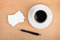 Tarjetas de visita en blanco con la taza y la pluma de café Foto de archivo libre de regalías