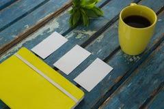 Tarjetas de visita en blanco, diario, flora y café sólo en tablón de madera Fotografía de archivo
