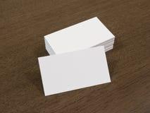 Tarjetas de visita en blanco en un fondo de madera foto de archivo libre de regalías