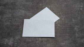Tarjetas de visita en blanco en una superficie de madera imagenes de archivo