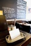 Tarjetas de visita en restaurante agradable Imagenes de archivo