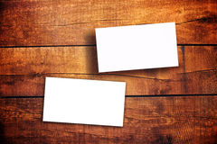 Tarjetas de visita horizontales en blanco en la tabla de madera Fotografía de archivo