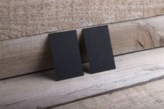 Tarjetas de visita negras en viejo fondo de madera Foto de archivo libre de regalías