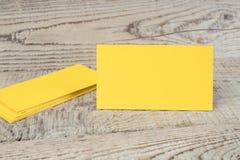 Tarjetas de visita de oro en blanco en la tabla de madera Plantilla para la identificaci?n Visi?n superior fotos de archivo libres de regalías