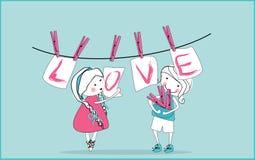 Tarjetas del amor que cuelgan de cuerda para tender la ropa Foto de archivo