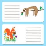 Tarjetas del bebé con los animales lindos de la ardilla y de la pereza, tarjetas de felicitación Imagenes de archivo