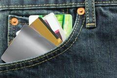 Tarjetas del crédito en blanco en bolsillo de los vaqueros Imágenes de archivo libres de regalías