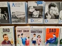 Tarjetas del d?a de padres en la exhibici?n en una tienda en venta en el Reino Unido foto de archivo libre de regalías
