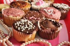 Tarjetas del día de San Valentín cupcakes3 del chocolate y de la vainilla Fotografía de archivo libre de regalías