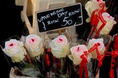 TARJETAS DEL DÍA DE SAN VALENTÍN DAY_ROSES PARA LA VENTA Imagenes de archivo