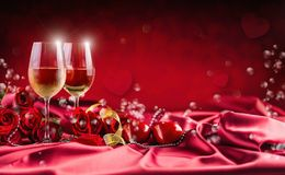 Tarjetas del día de San Valentín o concepto de la boda El vino ahueca rosas rojas y romántico fotografía de archivo libre de regalías