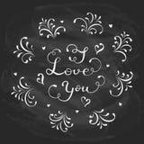 Tarjetas del día de San Valentín que ponen letras te amo en fondo negro de la pizarra Fotografía de archivo