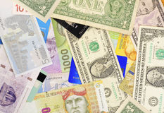 Tarjetas del dinero y de crédito. fotografía de archivo