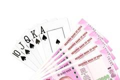 Tarjetas del póker mezcladas en la tabla foto de archivo