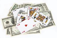 Tarjetas del póker y cuentas de dólar Fotos de archivo