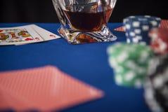 Tarjetas del póker y microprocesadores de juego en la tabla del casino Imágenes de archivo libres de regalías