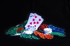 Tarjetas del póker y microprocesadores del casino aislados Imágenes de archivo libres de regalías