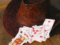 Tarjetas del póker y sombrero de vaquero Fotografía de archivo libre de regalías