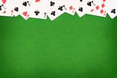 Tarjetas en fondo de la tabla del casino del fieltro del verde imagen de archivo libre de regalías