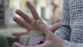 Tarjetas en las manos de un mago almacen de video