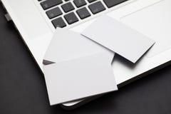 Tarjetas en un ordenador Fotografía de archivo libre de regalías