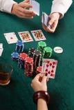 Tarjetas, fichas de póker coloridas y alcohol Imágenes de archivo libres de regalías