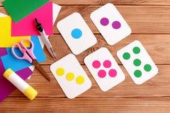 Tarjetas flash de la educación para los niños Aprendizaje de colores Niños de enseñanza a contar Las tijeras, lápiz, pegamento, c imagen de archivo libre de regalías