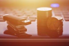 Tarjetas flash del USB que mienten en caja negra del ordenador portátil delante de su teclado El concepto de ganancia en Internet fotografía de archivo