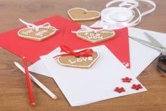 Tarjetas hechas a mano con las tortas para el día de tarjetas del día de San Valentín Fotos de archivo libres de regalías