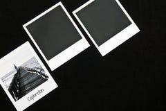 Tarjetas inmediatas de los marcos de la foto del vintage tres retros en fondo negro con una foto del rompeolas del capbreton en b Foto de archivo