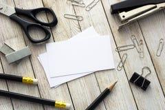 Tarjetas, plumas y materiales de oficina de visita Foto de archivo libre de regalías
