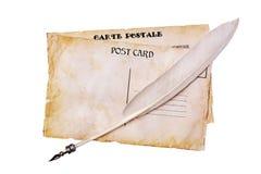 Tarjetas postales del viejo grunge y pluma de la pluma Foto de archivo libre de regalías