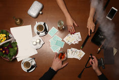 Tarjetas que juegan de la gente Cierre para arriba Imagen de archivo libre de regalías