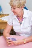 Tarjetas que juegan de la mujer mayor Fotos de archivo