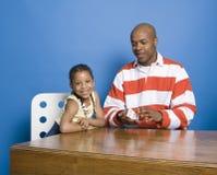 Tarjetas que juegan de la niña con el papá fotos de archivo