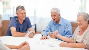 Tarjetas que juegan de los jubilados junto Fotos de archivo libres de regalías