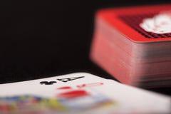 Tarjetas que juegan en fondo negro Foto de archivo