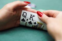 Tarjetas que juegan en manos Imagen de archivo libre de regalías