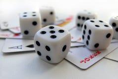 Tarjetas que juegan y cubo Imagen de archivo