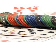 Tarjetas que juegan y virutas del casino Imagenes de archivo