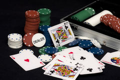 Tarjetas que juegan y virutas del póker Imagenes de archivo