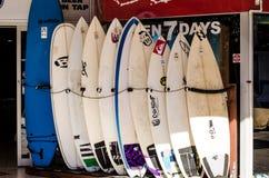 Tarjetas que practican surf Foto de archivo