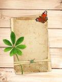 Tarjetas viejas en tablones de madera Imagenes de archivo