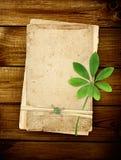 Tarjetas viejas en tablones de madera Imagen de archivo libre de regalías